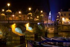 Ponticello entro la notte a Auxerre Fotografie Stock Libere da Diritti