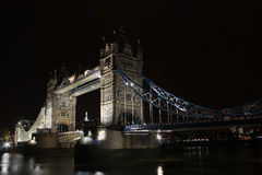 Ponticello entro la notte, Londra, Inghilterra della torretta Fotografie Stock