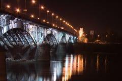 Ponticello ferroviario illuminato a Varsavia (Polonia) Fotografia Stock Libera da Diritti