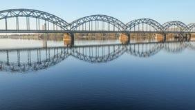 Ponticello ferroviario sopra il fiume di Daugava Immagini Stock