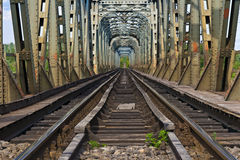 Ponticello ferroviario sopra il olt del fiume, Romania Fotografia Stock