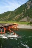 Ponticello Il fiume di Bashkaus entra fra le colline nelle montagne di Altai Altay Republic, Siberia, Russia Immagini Stock Libere da Diritti