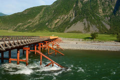 Ponticello Il fiume di Bashkaus entra fra le colline nelle montagne di Altai Altay Republic, Siberia, Russia Immagine Stock Libera da Diritti