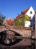 Ponticello lungo Quay verde, Bruges, Belgio. Fotografia Stock Libera da Diritti