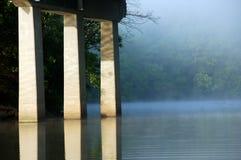 Ponticello nebbioso del lago immagine stock