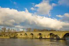 Ponticello pedonale del Danubio a Regensburg, Germania Immagini Stock Libere da Diritti