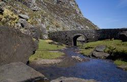 Ponticello pietroso irlandese tipico dell'arco, Irlanda Fotografie Stock Libere da Diritti