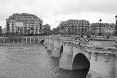 Ponticello Pont Neuf attraverso il Seine Immagine Stock