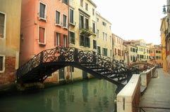 Ponticello sopra il canale di Venezia Fotografie Stock Libere da Diritti