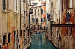 Ponticello sopra il canale a Venezia fotografie stock libere da diritti