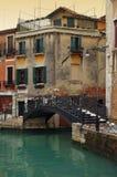 Ponticello sopra il canale a Venezia fotografia stock libera da diritti