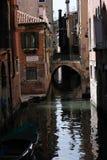 Ponticello sopra il canale a Venezia, Italia immagini stock libere da diritti