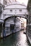 Ponticello sopra il canale veneziano fotografie stock libere da diritti