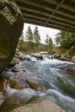 Ponticello sopra il fiume e la cascata fotografie stock libere da diritti