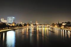Ponticello sopra il fiume principale. Paesaggio urbano di Francoforte Immagini Stock