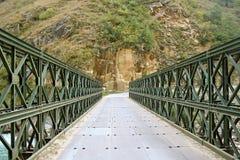 Ponticello sopra il fiume profondo in Himalaya a distanza India Fotografie Stock