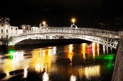 Ponticello sopra le acque variopinte alla notte nella città Fotografie Stock Libere da Diritti