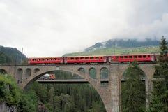 Ponticello svizzero e la ferrovia di Rhaetian Fotografia Stock Libera da Diritti