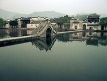 Ponticello in un villaggio cinese Immagini Stock