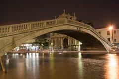 Ponticello a Venezia alla notte Fotografia Stock Libera da Diritti