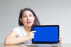 Ponto asiático da mulher para anular a tela do portátil para indicar imagem de stock royalty free