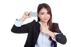 Ponto asiático novo da mulher de negócios ao cartão vazio Fotos de Stock Royalty Free