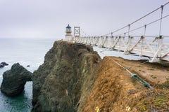 Ponto Bonita Lighthouse em um dia nevoento, Marin Headlands, área de San Francisco Bay, Califórnia fotos de stock