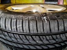 Ponto branco do escape da marca da seta no pneu Fotografia de Stock