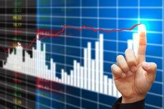Ponto da mão ao relatório elevado do gráfico Fotografia de Stock Royalty Free