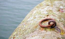 Ponto de ancoragem do ferro fundido pelo mar Imagens de Stock