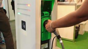 Ponto de carregamento dos testes fêmeas da mão para veículos elétricos, pressionando o botão de parada filme