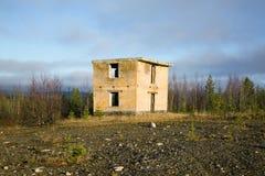 Ponto de controle à terra militar de construção abandonado Fotos de Stock Royalty Free