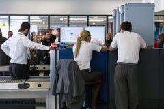 Ponto de controlo de segurança no aeroporto Nikola Tesla de Belgrado Foto de Stock