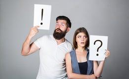 Ponto de interrogação como a ondinha da água Discussão entre dois pessoas Homem pensativo e uma mulher pensativa Marido e esposa  imagens de stock
