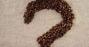 Ponto de interrogação descartável do copo e do café com feijões de café filme
