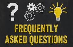 Ponto de interrogação, engrenagens, conceito da ampola - fez frequentemente perguntas ilustração stock