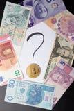 Ponto de interrogação escrito à mão com bitcoin nele, cédulas ao redor foto de stock