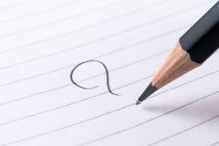 Ponto de interrogação escrito à mão em um bloco de notas no que, como, quando, onde conceito Imagem de Stock