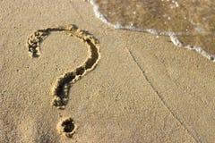 Ponto de interrogação tirado em uma espuma do Sandy Beach e do mar, close-up, vista superior imagem de stock royalty free