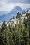 Ponto de Olmstead no parque nacional de Yosemite com uma vista da meia abóbada Localizado fora da passagem de Tioga fotografia de stock royalty free