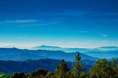 Ponto de opinião da paisagem muito névoa na montanha Imagem de Stock Royalty Free