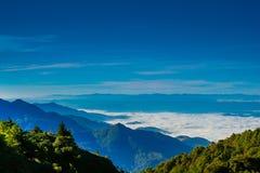 Ponto de opinião da paisagem muito névoa na montanha Imagens de Stock Royalty Free