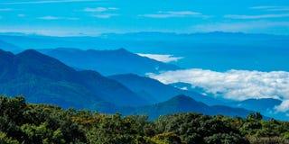 Ponto de opinião da paisagem muito névoa na montanha Fotografia de Stock