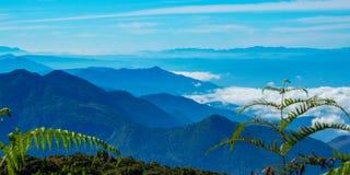 Ponto de opinião da paisagem muito névoa na montanha Imagens de Stock