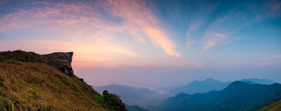 Ponto de opinião do fá do qui de Phu das montanhas da rocha do nascer do sol Foto de Stock