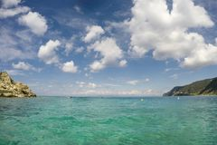 Ponto de relaxamento da opinião da ilha da água de turquesa imagem de stock royalty free