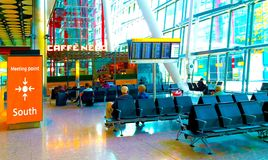 Ponto de reunião na sala de estar de chegadas do aeroporto Fotos de Stock Royalty Free
