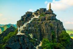 Ponto de vista bonito da paisagem do por do sol da parte superior da montanha da caverna do M.U.A., Ninh Binh, Tam Coc, Vietname fotografia de stock royalty free