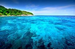 Ponto de vista da natureza da paisagem de Tailândia do céu azul da praia do sol da areia do mar Fotos de Stock Royalty Free