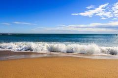 Ponto de vista da paisagem do abrandamento da luz do dia do sol da areia do céu azul da praia do mar para o cartão e o calendário fotos de stock royalty free